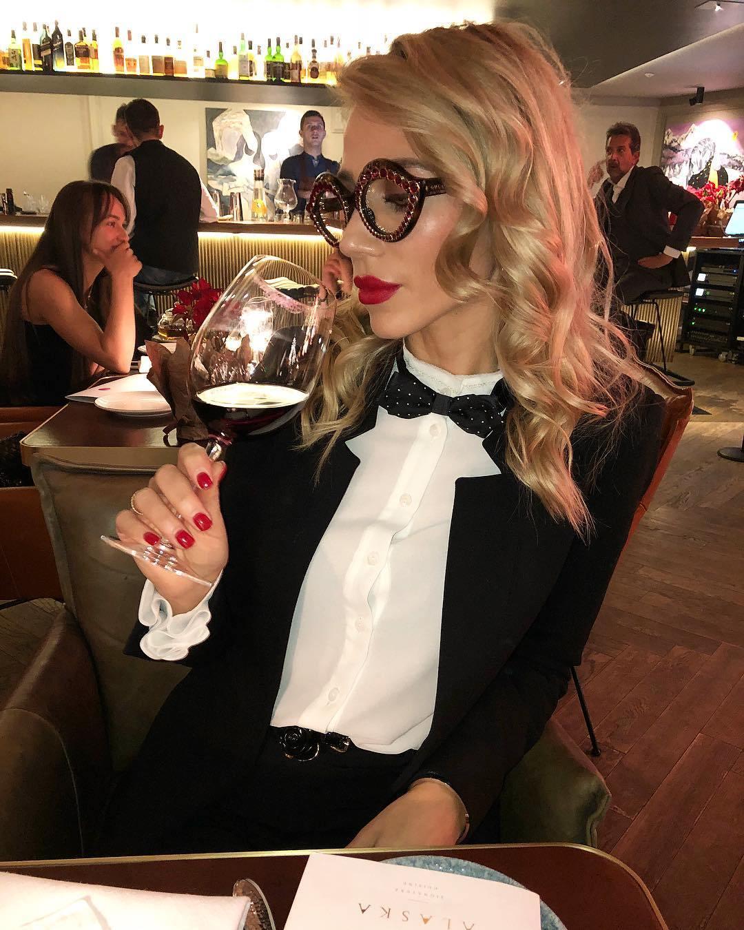4 Cách cầm ly rượu vang như chuyên gia