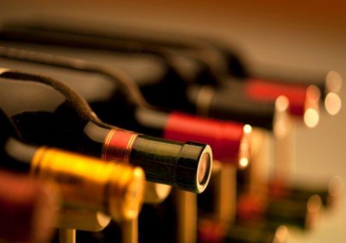 Nhiều cửa hàng đóng cửa, bánh mì và rượu vang vẫn hút khách ở Pháp